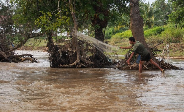 laos-don-sahong-fisherman-nov-2013.jpg