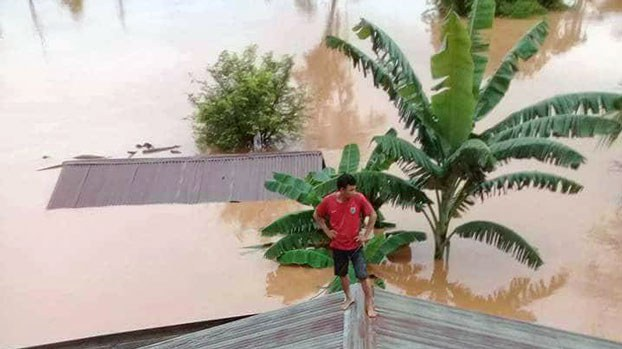 laos-man-roof-flood-sanamxay-district-attapeu-jul23-2018.jpg