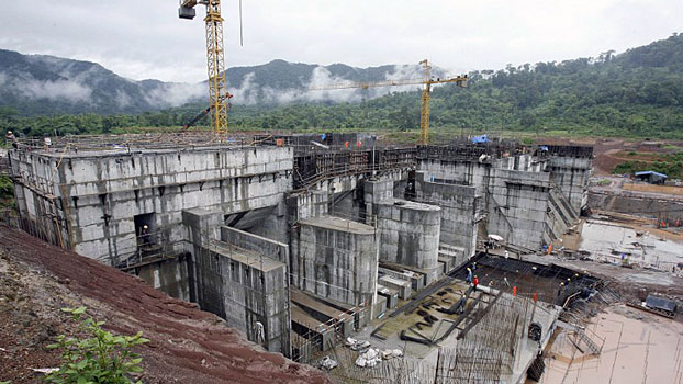 Workers build the regulating dam of the Nam Theun 2 hydropower project on the Nakai Plateau in central Laos' Khammouane province, June 28, 2007.