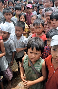 Children survivors of Cyclone Nargis wait for food in Dedaye some 130 km south-west of Rangoon on May 14, 2008. AFP PHOTO/ Khin Maung Win