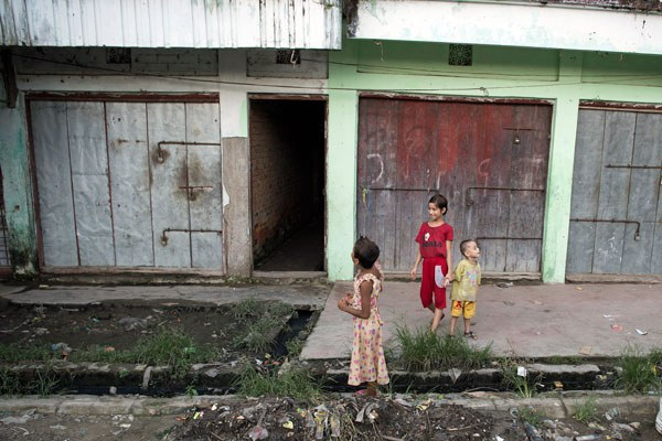 myanmar-muslim-children-closed-shops-maungdaw-oct15-2016.jpg