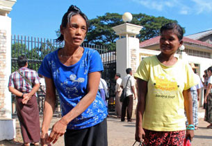 Burmese prisoners are released from Insein prison in Rangoon, Nov. 15, 2012.