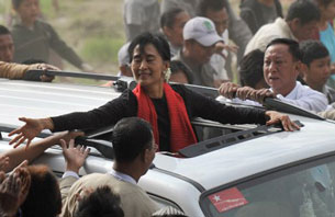 Aung San Suu Kyi greets supporters from a car in Monywa, Nov. 30, 2012.