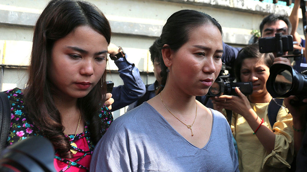 Chit Su Win (L) and Pan Ei Mon (R), the wives of jailed Myanmar journalists Kyaw Soe Oo and Wa Lone, leave the Yangon Regional High Court in Yangon, Jan. 11, 2019. Credit: AFP
