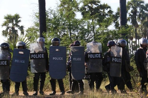 myanmar-letpadaung-protest-police-dec23-2014.jpg