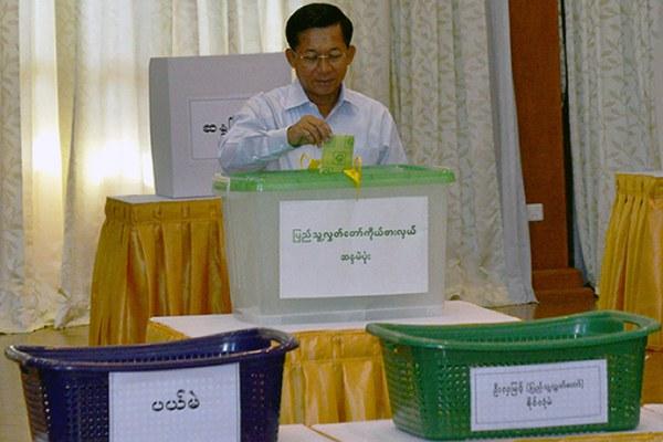 myanmar-min-aung-hlaing-votes-nov8-2015.jpg