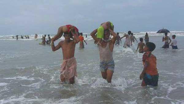 myanmar-residents-recover-drowned-aug-2017-600.jpg