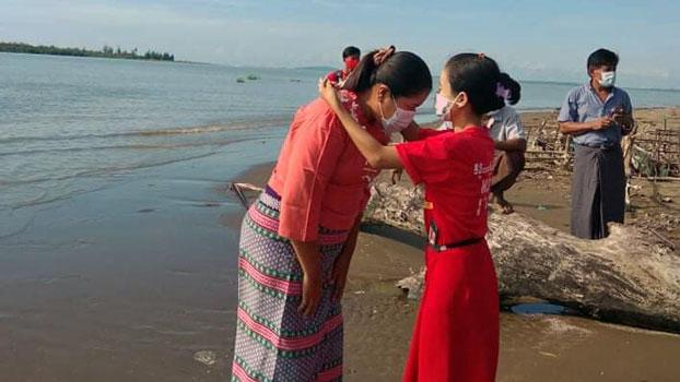 NLD candidate Ni Ni May Myint (C) visits supporters in Phaung Khar village, Taungup township, western Myanmar's Rakhine state, Oct. 14, 2020.
