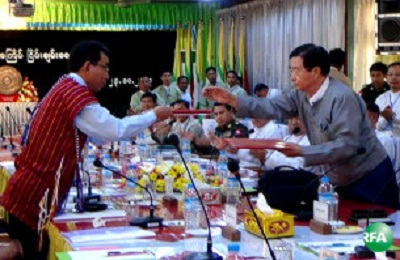 KNPP leaders and government negotiators meet in Loikaw, Oct. 23, 2013. Photo credit: RFA.