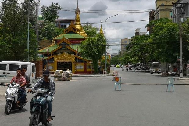 myanmar-makeshift-barriers-mandalay-june-2021.jpg