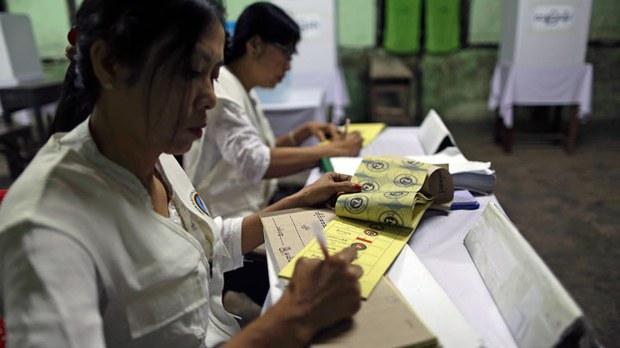 myanmar-election-officials-sittwe-rakhine-nov8-2015.jpg