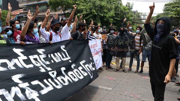 myanmar-protesters-defiance-salute-yangon-apr26-2021.jpg
