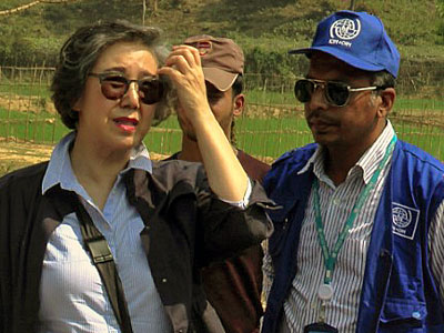 Yanghee Lee (L), the UN's special envoy on human rights in Myanmar, visits the Balu Khali Rohingya refugee camp in Cox's Bazar, Bangladesh, Feb. 21, 2017.