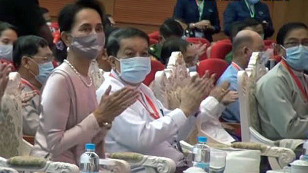Myanmar State Counselor Aung San Suu Kyi (L) claps during a speech on the final day of the fourth session of the 21st-Century Panglong Conference in Naypyidaw, Aug. 21, 2020.