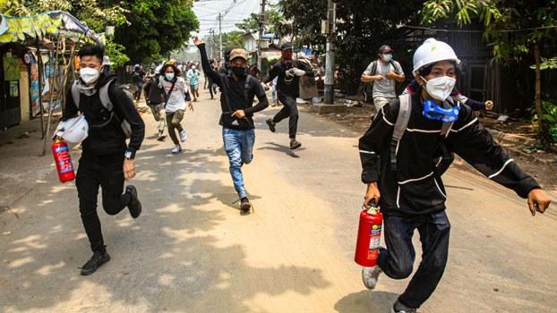 myanmar-protesters-running-thaketa-twp-yangon-mar30-2021.jpg