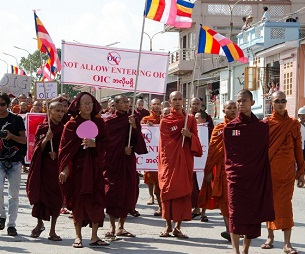 Monks holding banners with anti-OIC slogans march in Mandalay, Oct. 12, 2012.