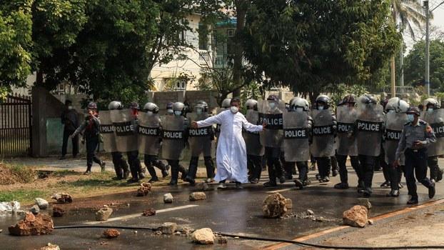 Myanmar-pastor-stopping-police-crackdown-protesters-loikaw-kayah-mar9-2021.jpg