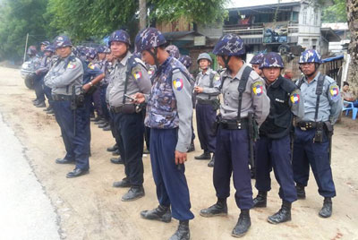 Police wait for protesters marching to the Letpadaung copper mine in Sagaing region, Sept. 30, 2013. Credit: RFA