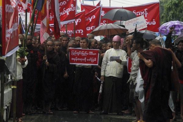 myanmar-buddhist-monks-protest-against-boat-people-june14-2015.jpg