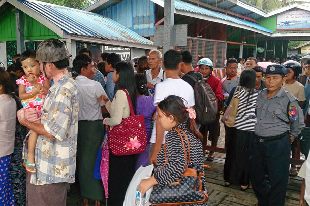 myanmar-residents-flee-maungdaw-rakhine-oct12-2016.jpg