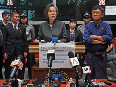 UN Special Rapporteur on the situation of human rights in Myanmar Yanghee Lee (C) speaks at a press conference prior to her departure from Yangon, July 26, 2014.