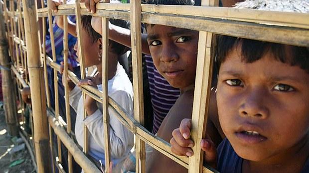 myanmar-rohingya-refugees-wait-for-food-bangladesh-nov10-2017.jpg