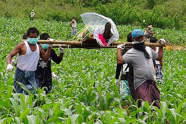 myanmar-villagers-remove-body-lashio-june30-2016.jpg