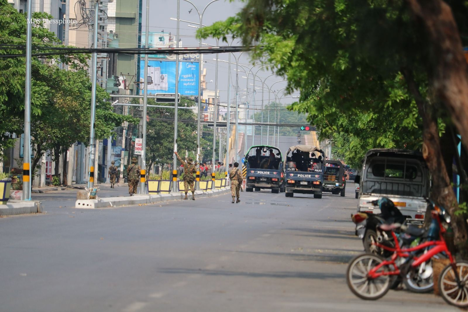 Police and soldiers crack down protest in Mandalay (4).jpg