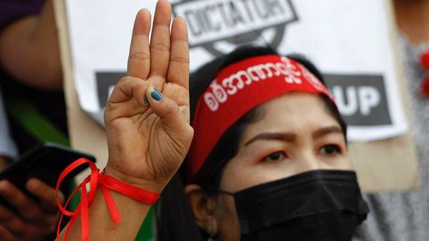 myanmar-three-finger-salute-hledan-junction-yangon-feb25-2021.jpg