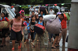 Refugees fleeing from Kokang in Burma arrive at the border town of Nansan in southern China's Yunnan province, Aug. 25, 2009.