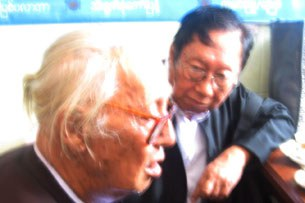 Lawyer-U-Kyi-Win-and-U-Nyan-Win-in-front-of-Insein-Prison-May-14-2009-305.jpg