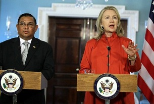 Burmese Foreign Minister Wunna Maung Lwin (l) and U.S. Secretary of State Hillary Clinton (r) at a news conference at the State Department in Washington, DC, May 17, 2012.