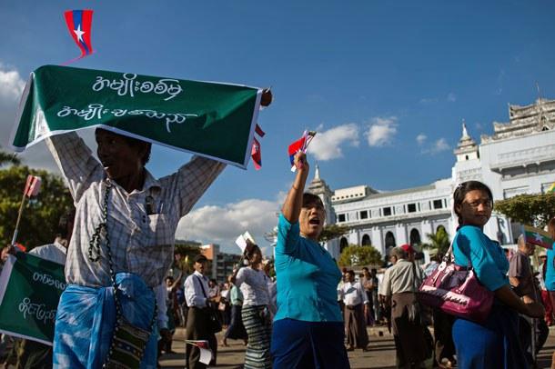 myanmar-demonstrators-support-military-yangon-dec18-2016.jpg