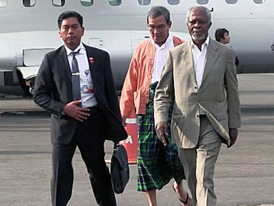 Former United Nations chief Kofi Annan (R) arrives at the airport in Sittwe in western Myanmar's Rakhine state, Dec. 2, 2016.