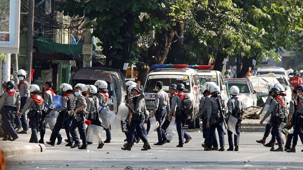 myanmar-police-moving-sanchaung-yangon-mar3-2021.jpg