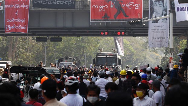 myanmar-police-protest-hledan-junction-yangon2-feb26-2021.jpg
