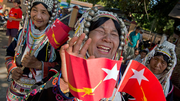Ethnic Shan women from the Akha hill tribe gather for the arrival of NLD leader Aung San Suu Kyi during a campaign stop in Kengtung, Myanmar's eastern Shan state, Oct. 22, 2015.