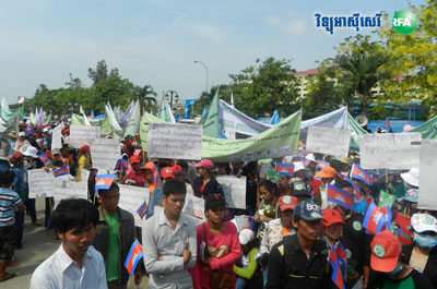Workers gather in front of the National Assembly in Phnom Penh, May 1, 2015. Credit: RFA