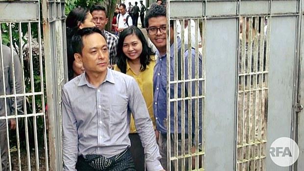 myanmar-editor-kyaw-min-swe-leaves-court-yangon-aug4-2017.jpg