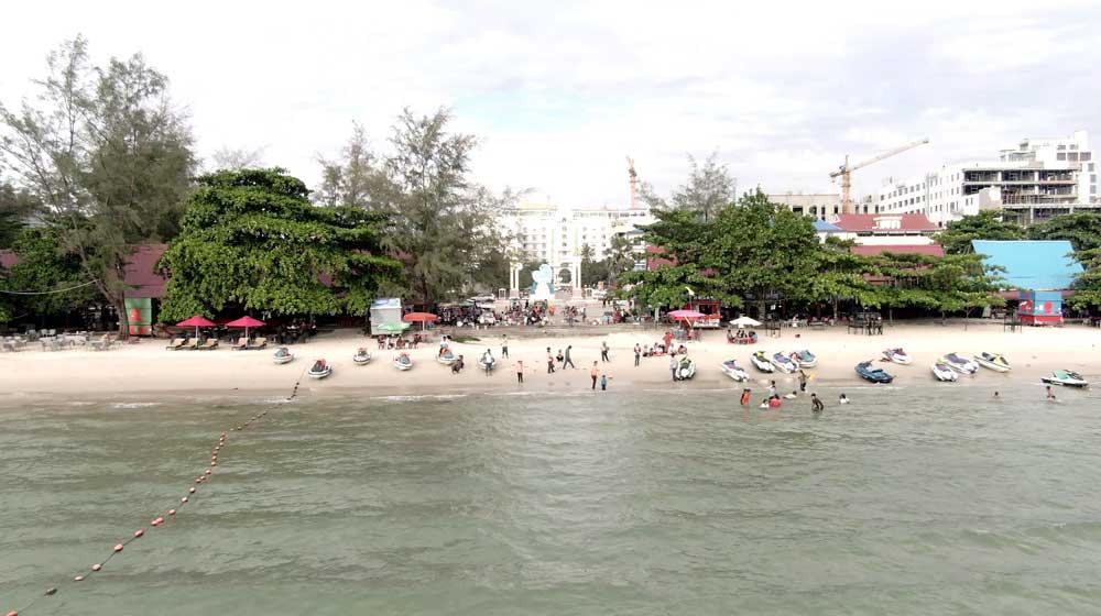 Occhuteal beach. Beach vendors and tourists. Photo: RFA