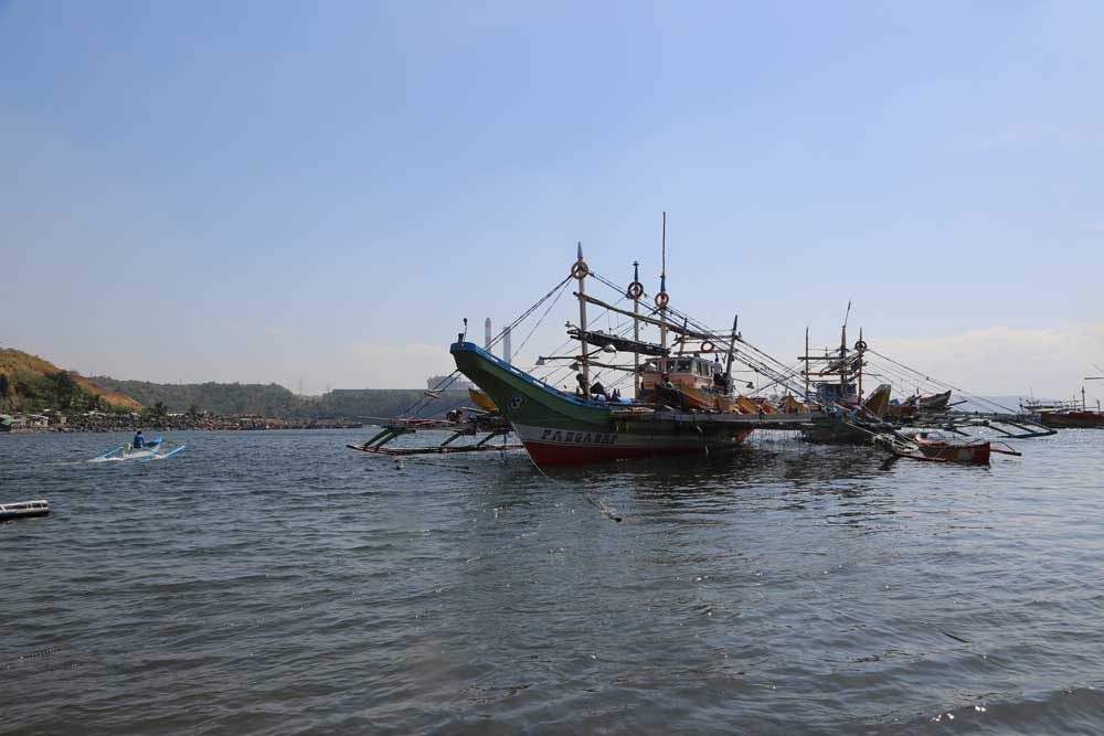 The local fleet of wooden outriggers moored in Bataan harbor. Photo: RFA