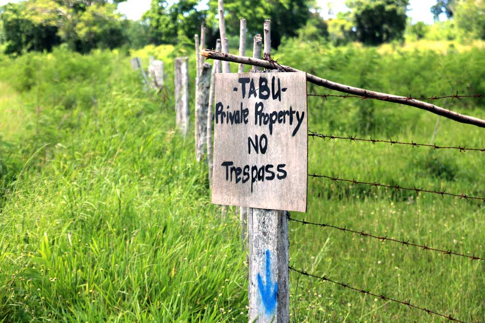 A sign telling locals to stay out of a Chinese-owned construction site. Until recently there were few fences in Efate Island. Photo: RFA