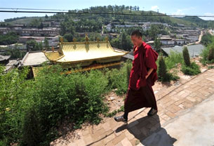 XINING, China: Tibetan Buddhist monk walks along a pathway at Kumbum monastery in China's Qinghai province on August 5, 2008. Photo: AFP