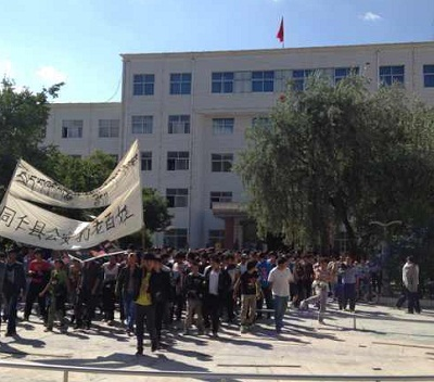 Tibetans protest in front of Rebgong county government buildings, Aug. 14, 2012. Photo courtesy of an RFA listener.