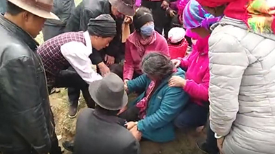 Villagers attend to a Tibetan woman injured during a clash with police in Qinghai's Bayen (Hualong) Hui Autonomous county, June 1, 2017. Credit: RFA listener