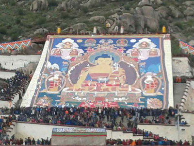 Tibetan worshippers view a huge thangka, or scroll painting, at the Yogurt Festival in Lhasa, Aug. 25, 2014. Credit: Photo courtesy of an RFA listener