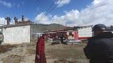 青海省での2021年5月22日の地震で破壊されたチベットの家は、日付のない写真で再建中で示されています。