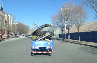 Confiscated satellite dishes are carted away by truck. Photo courtesy of an RFA listener.