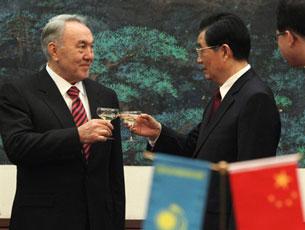 Chinese President Hu Jintao (R) toasts Kazakhstan President Nursultan Nazarbayev in Beijing, Feb. 22, 2011. AFP