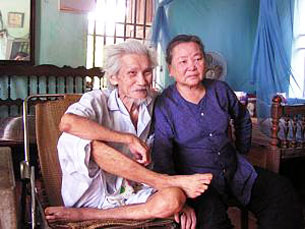 Huu Loan and his wife, Phạm Thị Nhu, at home in Thanh Hoa, 2000.